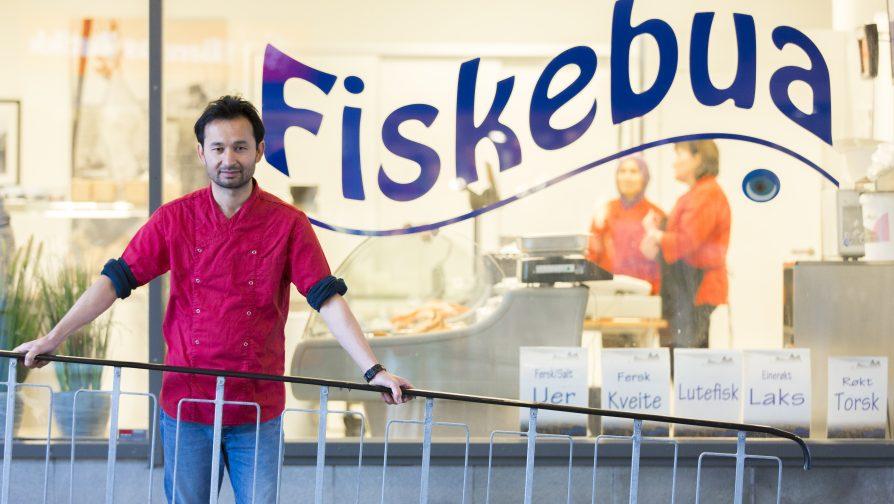 Refugiado afegão vira dono de peixaria famosa na Noruega