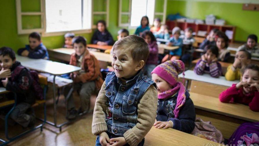 Líbano trabalha um turno extra para que crianças refugiadas sírias possam ir à escola