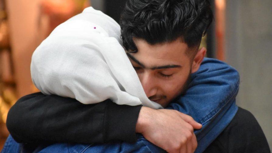 Na Alemanha, adolescente sírio reencontra família depois de anos separados