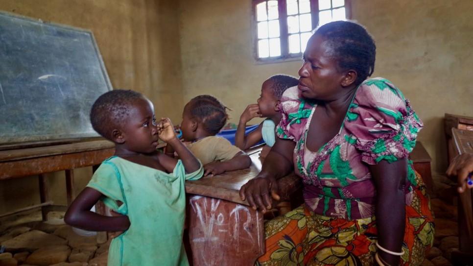 Agnes e a filha na escola onde vivem
