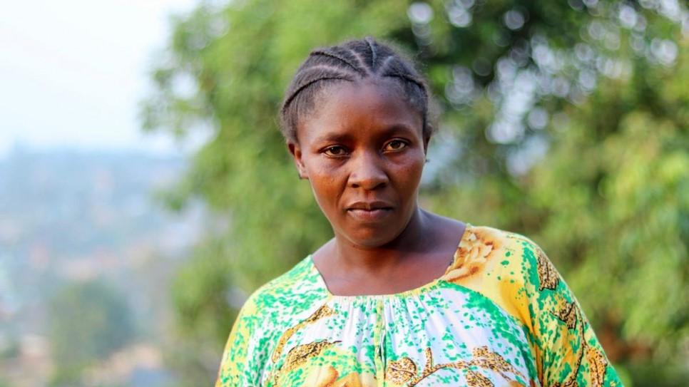 Bambou abriga familias no terreno de sua casa