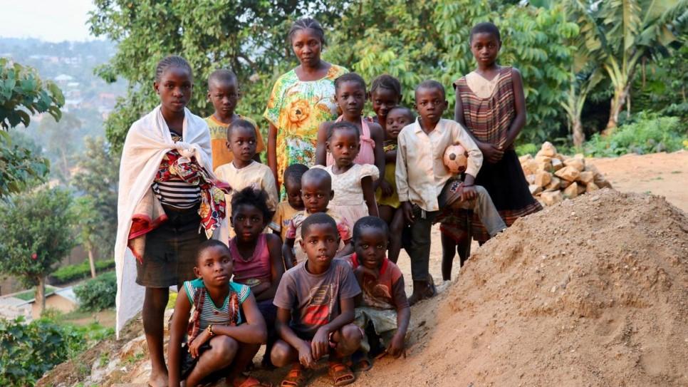 Bambou em sua casa com seus filhos e as criancas que abriga