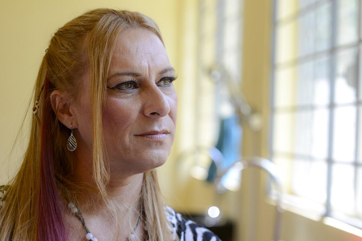 Dulcie, 43, é transgênero e fugiu da Guatemala após ser perseguida pela polícia e por gangues. Ela encontrou segurança e abrigo com o apoio do ACNUR.  © ACNUR / Sebastian Rich