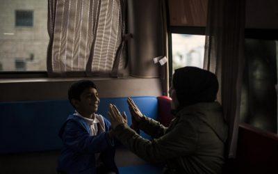 No Líbano, 'Fun Bus' oferece às crianças refugiadas um descanso do trabalho de rua