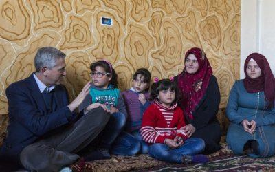 Família síria volta para casa e encontra cidade destruída pela guerra