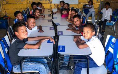 Crianças indígenas refugiadas recebem materiais escolares doados pelo ACNUR