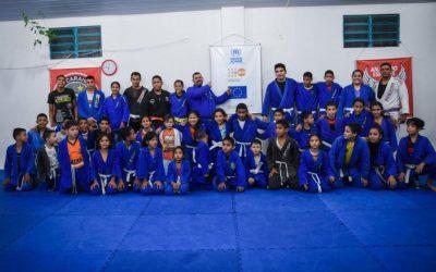 Jiu-jitsu une jovens brasileiros e venezuelanos em prática esportiva