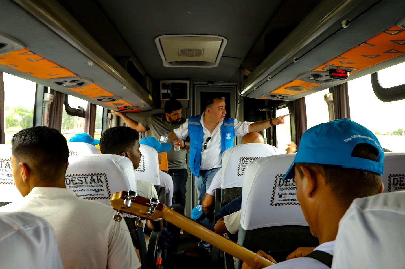 Jose Egas, Representante do ACNUR no Brasil, atuando como guia turístico para os Canarinhos da Amazônia