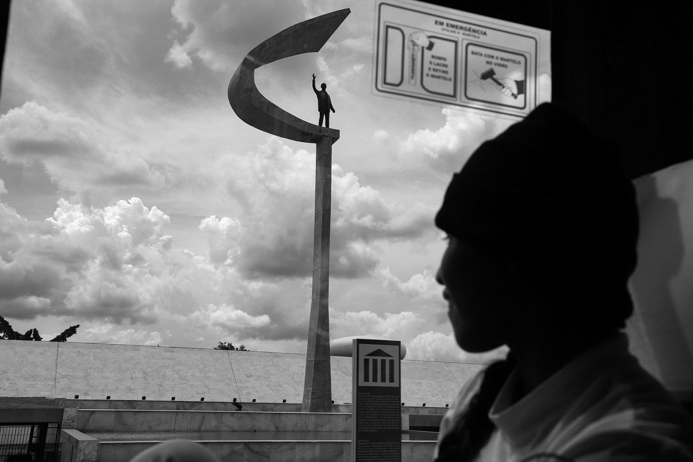 Jovem observa o Monumento JK, no Eixo Monumental de Brasília