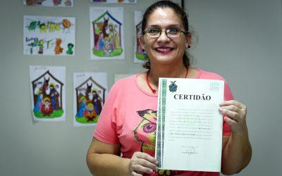 Primeiro diploma revalidado para refugiada venezuelana é entregue no Amazonas
