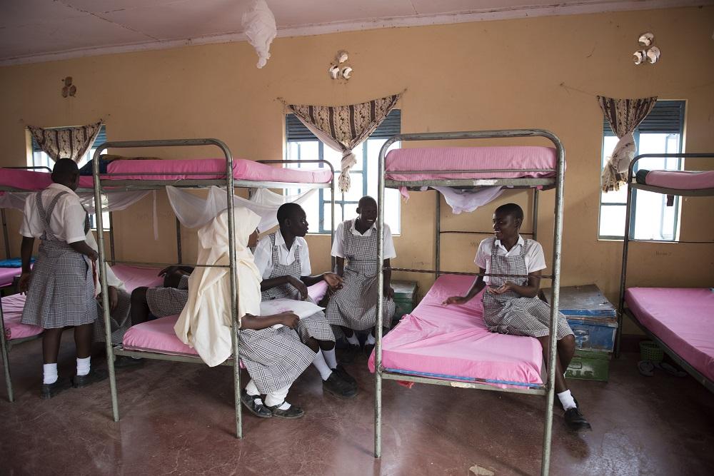 Mumina e as amigas Mary e Merinas se divertem no dormitório do internato onde estudam