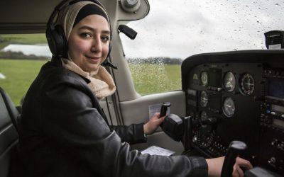 Primeira refugiada síria piloto de avião mostra que céu é o limite