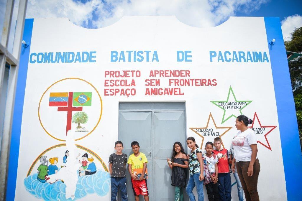 Crianças refugiadas esperando as aulas de reforço na frente da Escolinha Sem Fronteiras do projeto da Comunidade Batista de Pacaraima