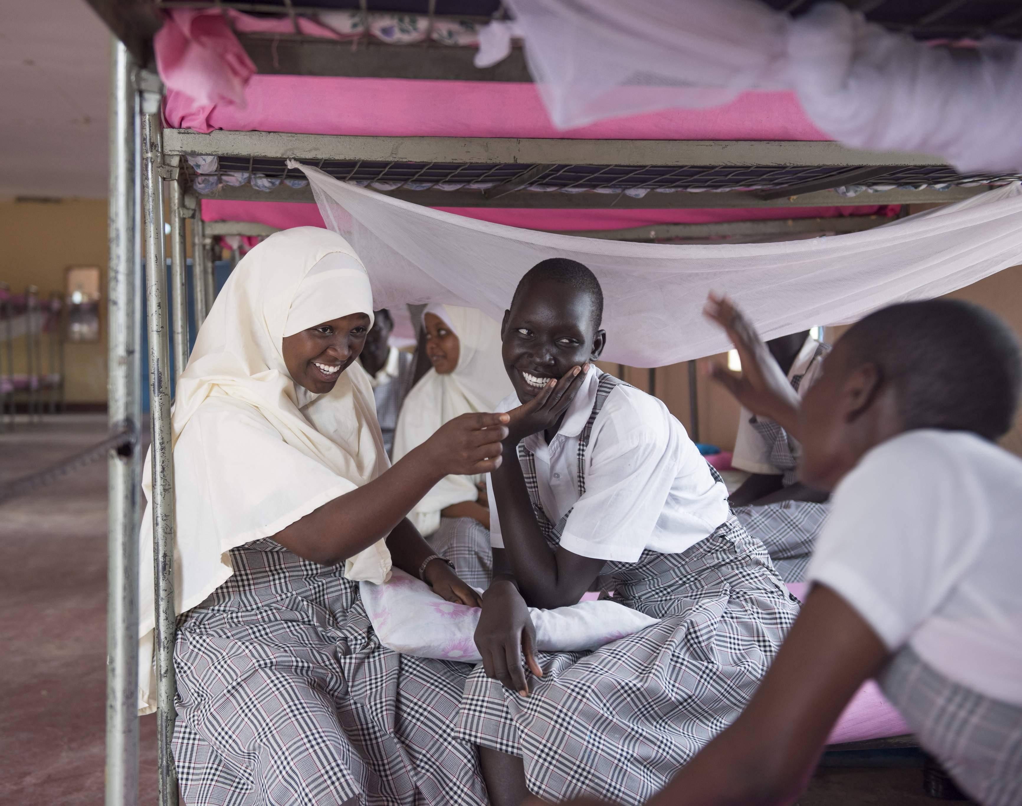 Mary se diverte com as amigas Mumina e Merinas no dormitório da escola onde estudam