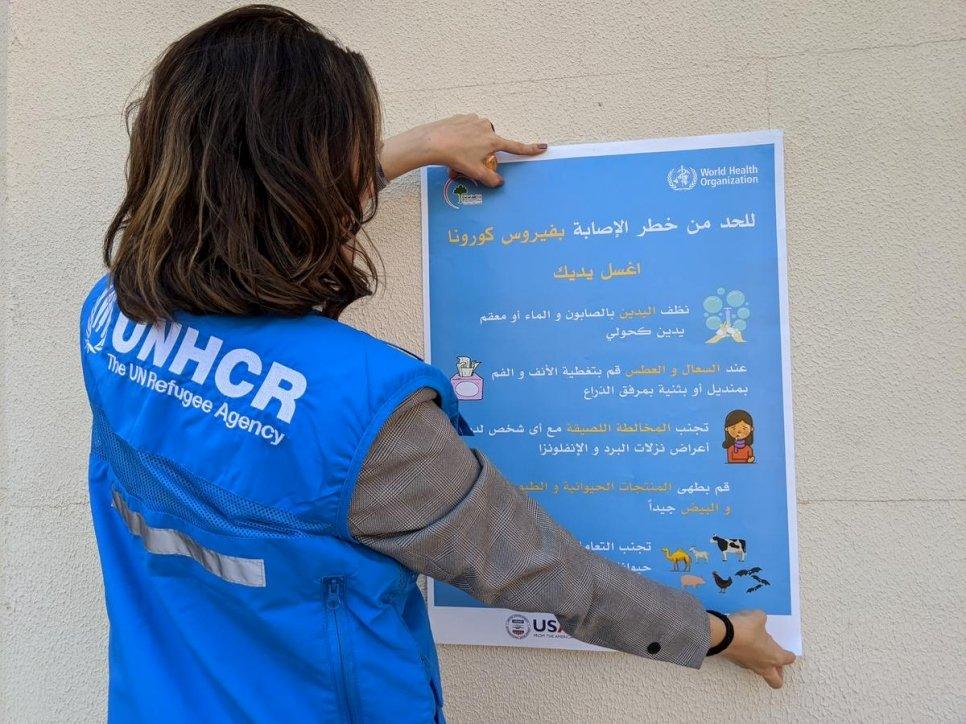 O ACNUR e seus parceiros estão realizando campanhas de conscientização sobre a COVID-19 em campos de refugiados e deslocados internos no Iraque, usando pôsteres, folhetos e outras atividades com a ajuda de voluntários comunitários