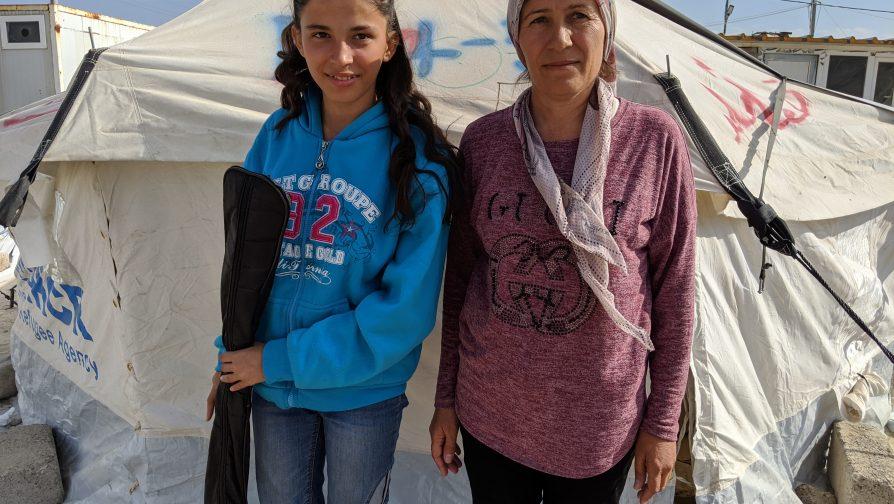 Naleen, refugiada síria de 15 anos de idade, com sua mãe