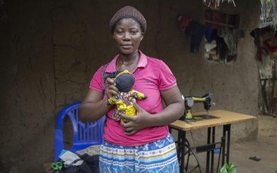 Confecção de bonecas traz esperança para refugiada congolesa