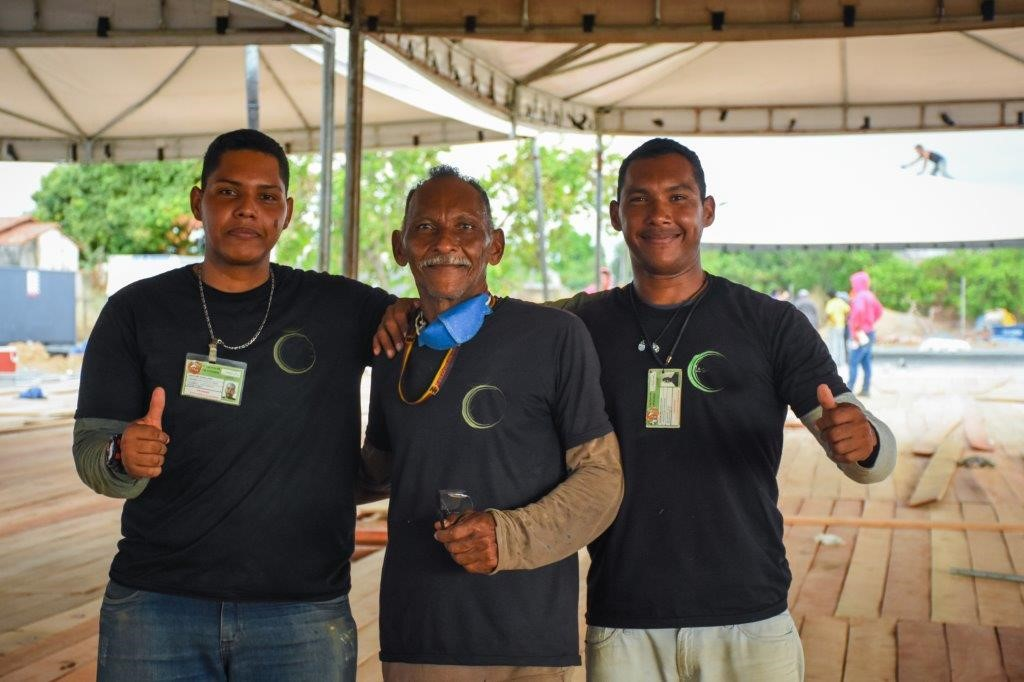 O venezuelano Yoslay, seu pai Jose Antonio e seu irmão Jackon, trabalhando juntos nas obras da APC: fonte de renda que garantiu a reunião da família em Boa Vista