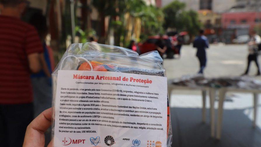 As mil máscaras produzidas pelo Deslocamento Criativo foram higienizadas e embaladas para distribuição aos moradores de abrigos públicos de São Paulo