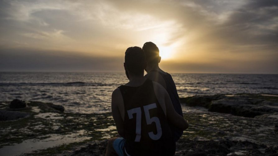 Este casal sírio corria o risco de prisão, tortura ou assassinato devido à sua sexualidade. O ACNUR os ajudou a se estabelecer em um novo país