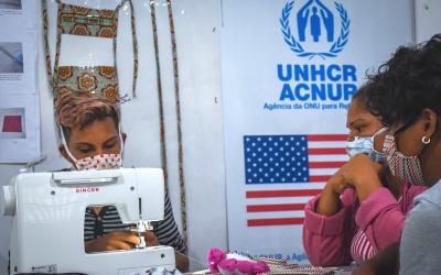Refugiados fazem máscaras faciais para ajudar na crise da COVID-19