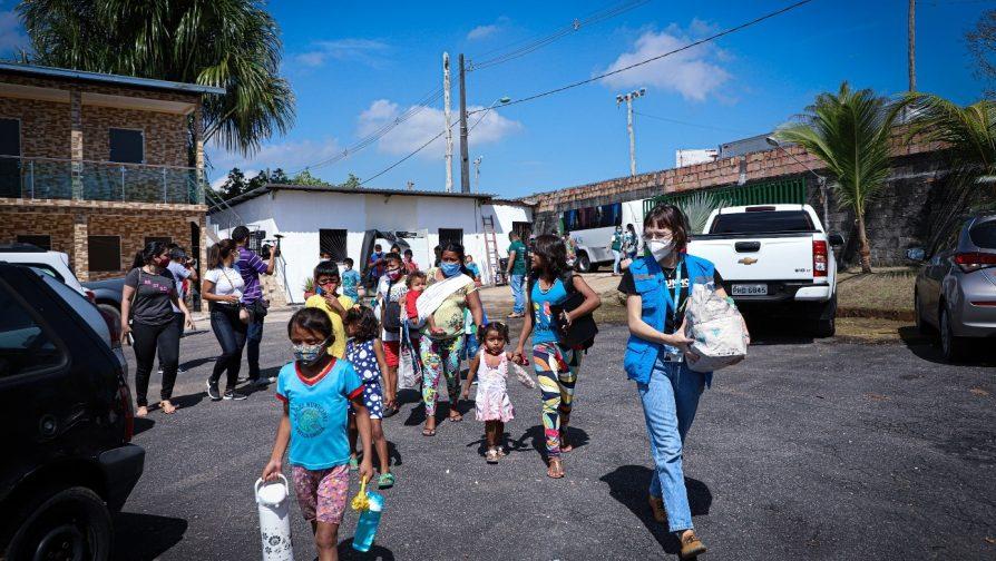 Indígenas venezuelanos chegam em novo espaço de abrigamento no Bairro do Tarumã-Açu, Zona Oeste de Manaus