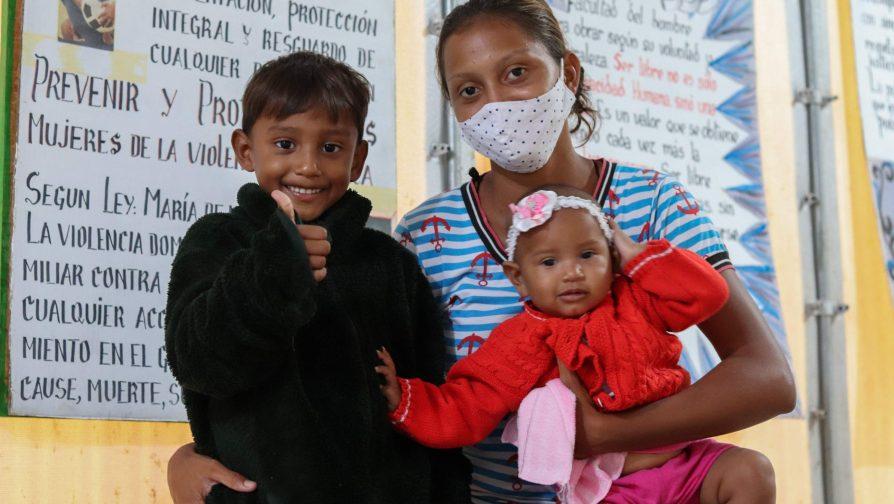 Lenismar e seus dois filhos no abrigo Rondon 3, em Boa Vista