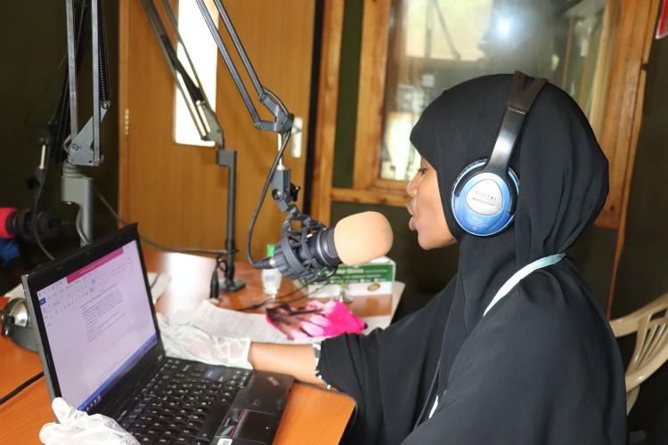 Refugiada e professora, Amina Hassan, dá aulas de inglês para crianças via rádio, no campo de Dadaab, no Quênia