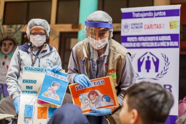 Na Bolívia, uma sala de aula móvel leva aprendizado e jogos para crianças venezuelanas que vivem em abrigos