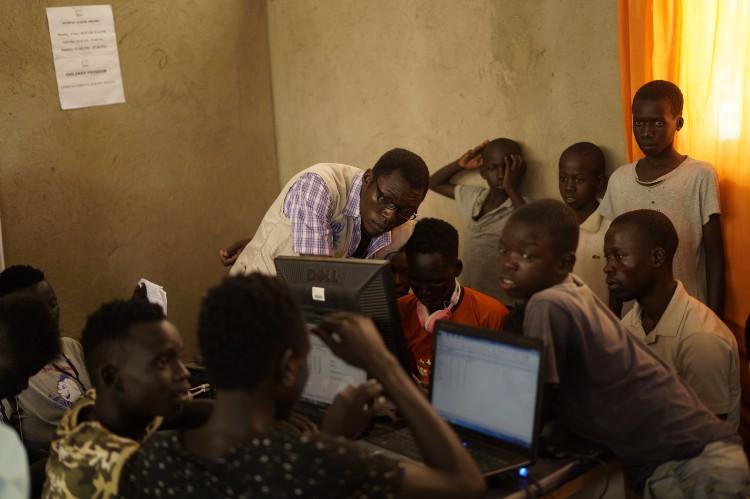 Em Uganda, o telefone e a internet trazem avanços para assentamentos isolados do norte