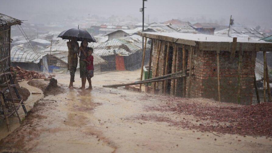 Refugiados Rohingya atravessam uma forte chuva de monções no campo de refugiados de Kutupalong, Bangladesh, em junho de 2018