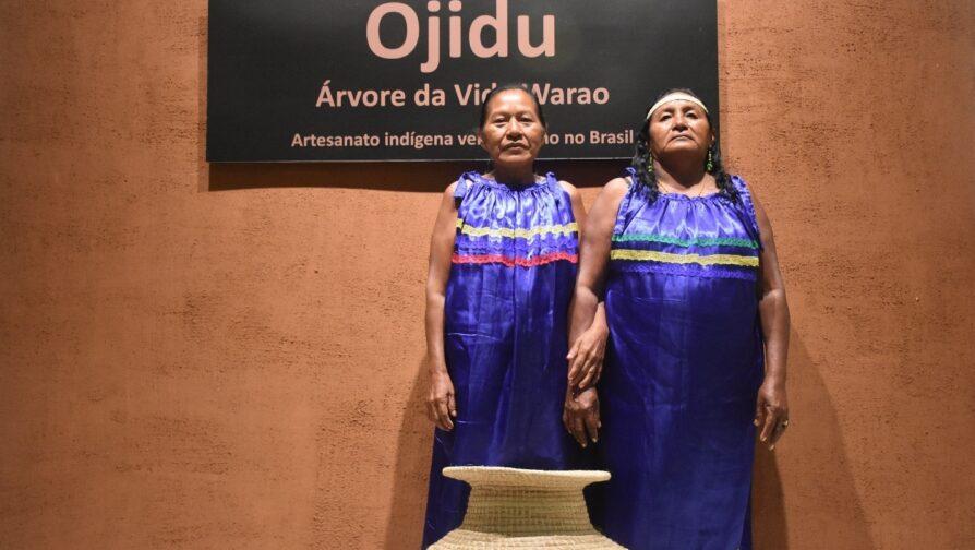 """Artesãs Warao durante exposição """"Ojidu"""" em Sâo Paulo. Elas confeccionaram seus vestidos para a abertura da exposição"""