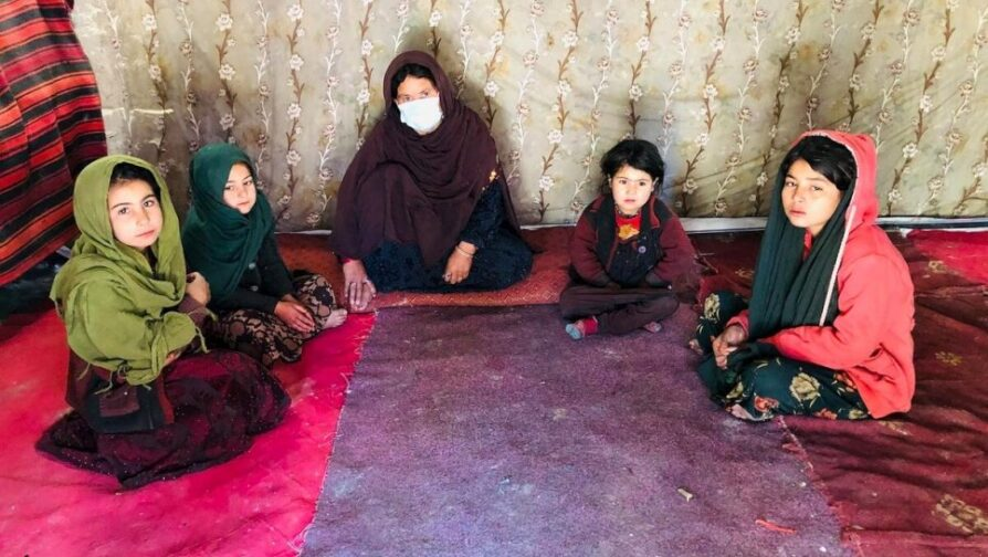 Chinar Gul com quatro de seus cinco filhos. A família depende de doações de alimentos de vizinhos desde o início da pandemia