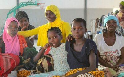 Ajudar outras pessoas consola mãe deslocada em Moçambique