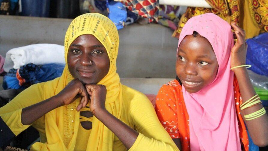 Maria (à esquerda) num centro de trânsito em Pemba para moçambicanos deslocados pelos ataques em Palma, província de Cabo Delgado