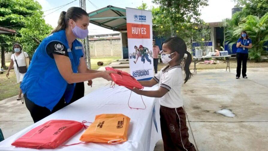 Kristin distribui kits escolares aos alunos do ensino fundamental em Tapachula
