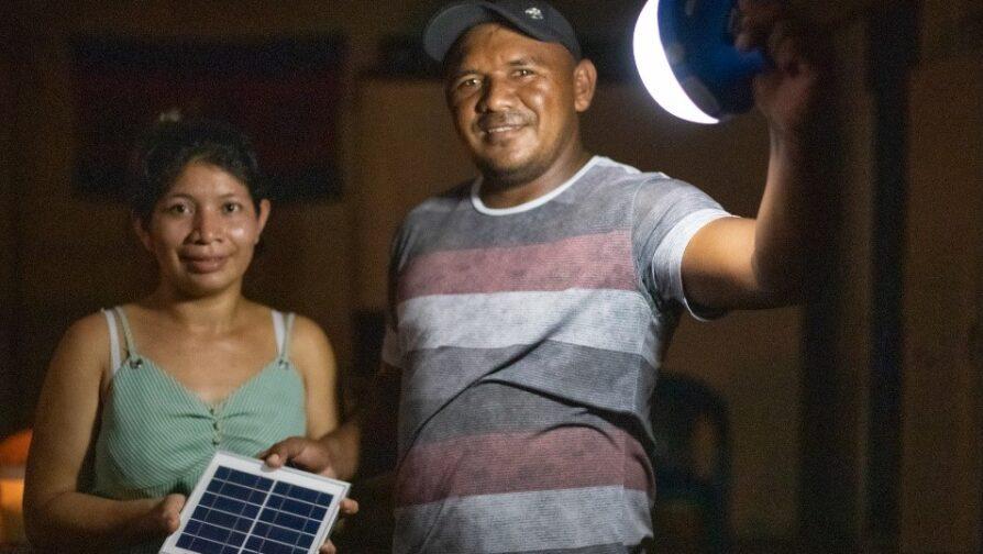 Lâmpada solar doada pelo ACNUR ajudará família dos brasileiros Silvane e Wagner dos Santo a pernoitar em casa enquanto energia do prédio não for restabelecida