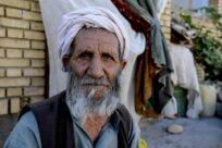 Após aumento da violência, refugiados afegãos chegam ao Irã