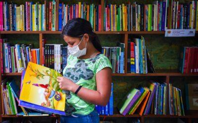 """Jovens, refugiados e leitores: bibliotecas do """"Mi Casa, Tu Casa"""" são implementadas em abrigos de Boa Vista"""