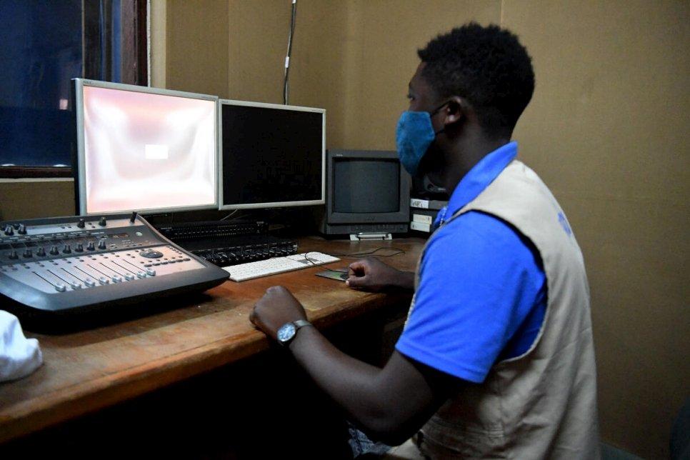 Emmanuel Ambei edita uma entrevista para o programa de rádio