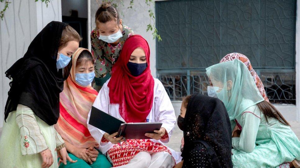 Ao folhear um velho álbum de fotografias, Saleema descreve a sua viagem de se tornar médica a algumas meninas refugiadas