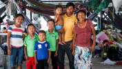 Euligio Báez, un líder warao de Venezuela, posa con su familia en Boa ...