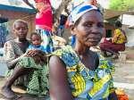 Resina Love, de 52 años, huyó de la violencia en su aldea con sus niet...