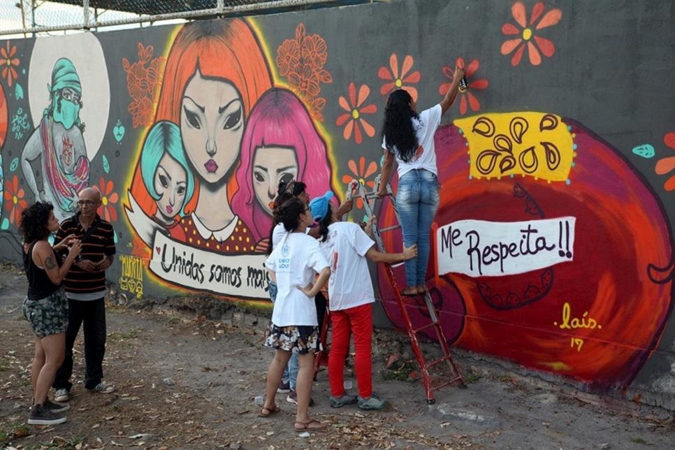 Brasileñas y venezolanas crean grafitis para el fin de la violencia de género.