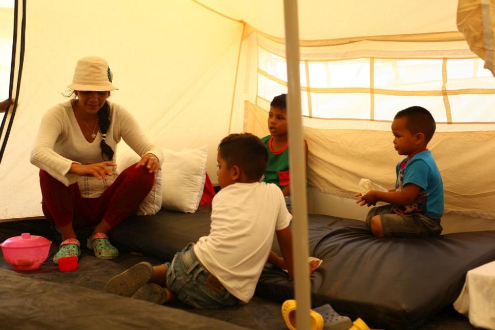 La solicitante de asilo venezolana Darlys y sus hijos dentro de su tienda de campaña en el recién establecido Centro de Asistencia Integral en Maicao, Colombia.