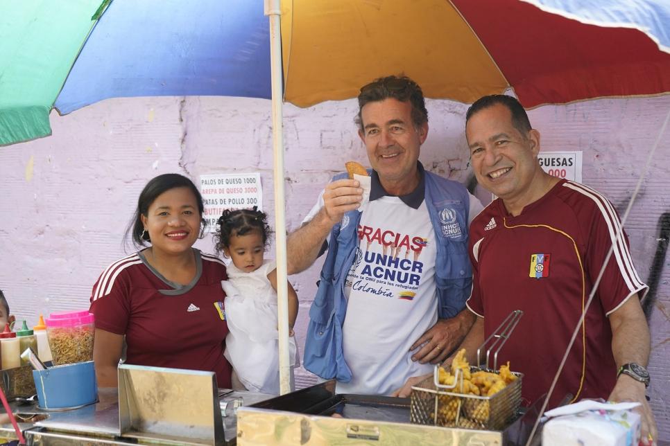 La familia de Ramiro y Gladys aprovechó la visita de Jozef Merkx, representante del ACNUR en Colombia, para reavivar su sueño de formar empresa en Colombia.