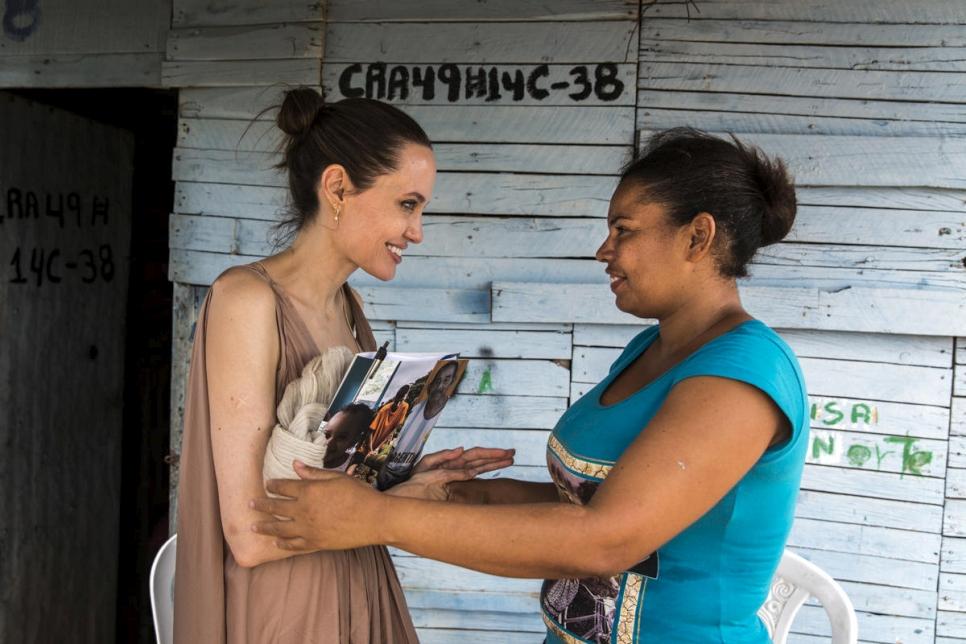 La Enviada Especial de ACNUR Angelina Jolie habla con Yoryanis Ojeda, de 35 años, una ex refugiada colombiana retornada de Venezuela, quien ahora vive en un asentamiento informal en Riohacha, Colombia.