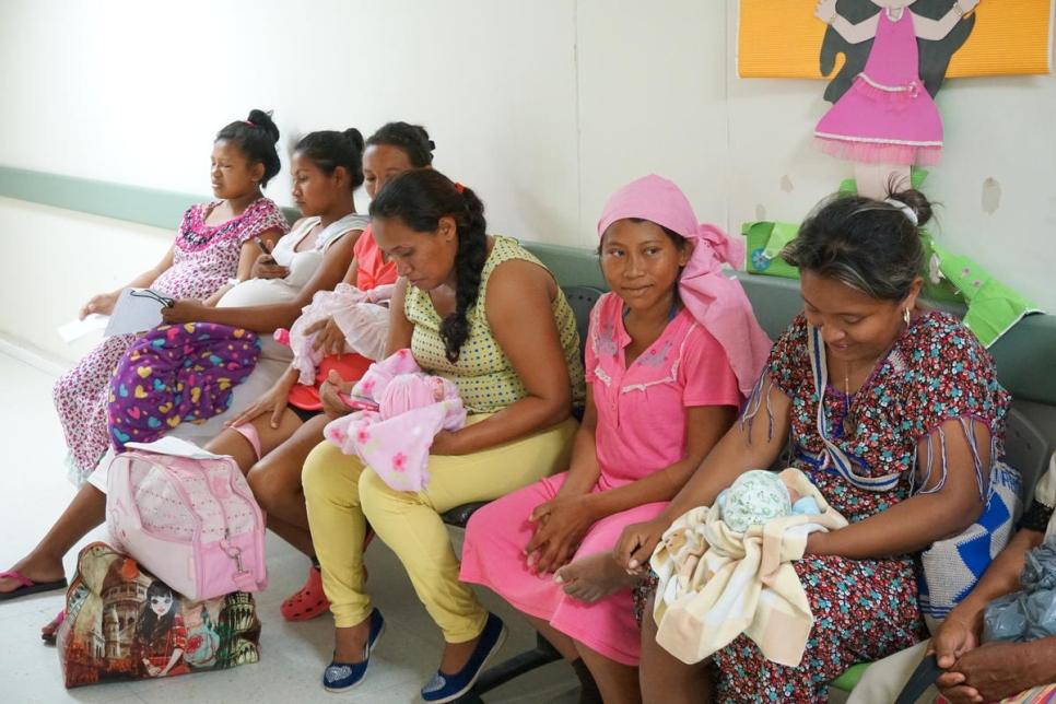 Mujeres venezolanas que recientemente dieron a luz esperan a ver a un médico en el hospital público de San José en Maicao, Colombia.