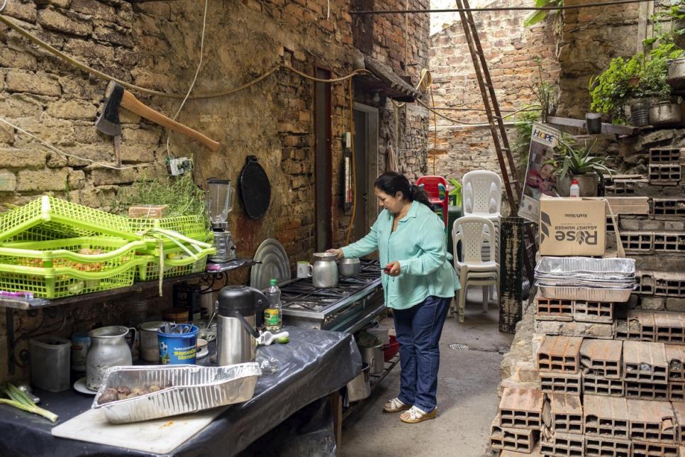 Marta Duque prepara el desayuno en el patio de su casa en Pamplona, Colombia.
