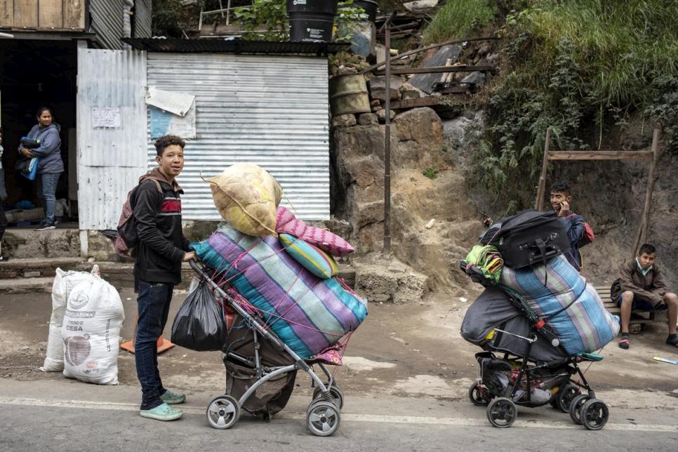 Venezolanos alistan su equipaje para poder continuar su viaje por la montaña, tras pasar la noche en Pamplona.